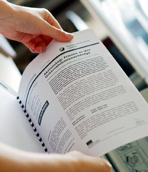PR Öffentlichkeitsarbeit: Clippings vom PR-Team in Pressespiegeln organisiert